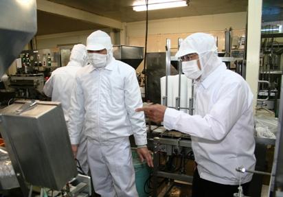 原田製油を視察する知事