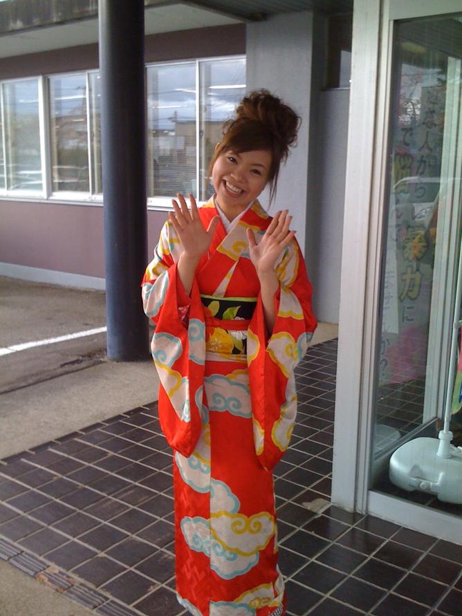 よしもと初の演歌歌手「水木ケイ」を大仙市役所玄関でパチリ_d0084478_21154627.jpg