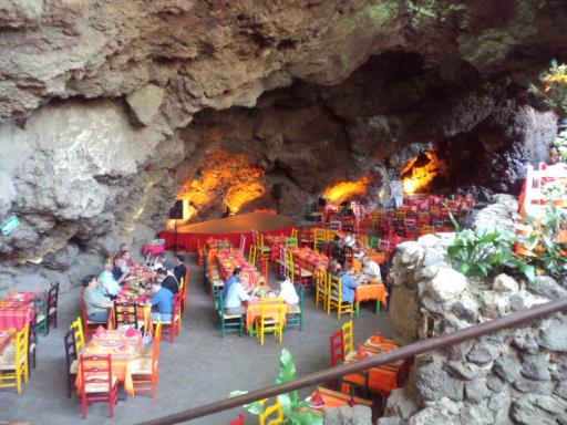 洞窟のレストラン。_f0143188_1214662.jpg