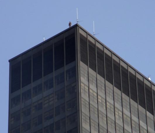 ビル屋上に立つ全裸男性のリアルな像っていうパブリックアート_b0007805_171716.jpg