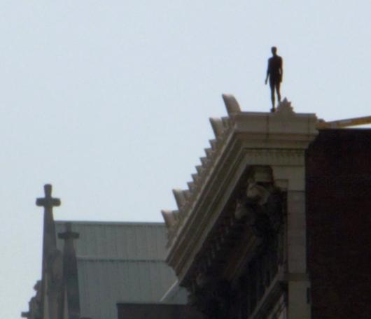 ビル屋上に立つ全裸男性のリアルな像っていうパブリックアート_b0007805_172884.jpg