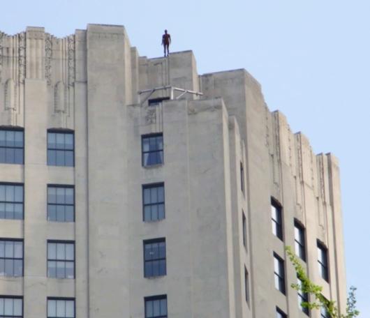 ビル屋上に立つ全裸男性のリアルな像っていうパブリックアート_b0007805_173976.jpg