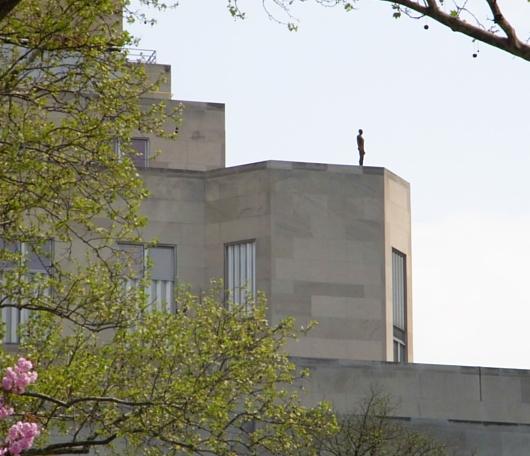 ビル屋上に立つ全裸男性のリアルな像っていうパブリックアート_b0007805_17461.jpg