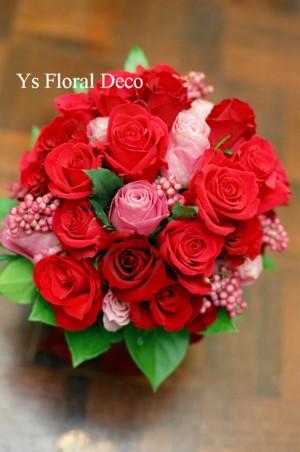 赤とピンクのクラッチブーケ_b0113510_22274738.jpg