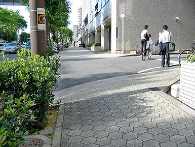 危険な歩道、通行拒否する歩道_c0167961_1021920.jpg