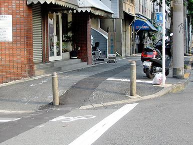 危険な歩道、通行拒否する歩道_c0167961_1023261.jpg