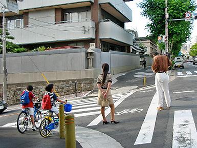 危険な歩道、通行拒否する歩道_c0167961_102380.jpg