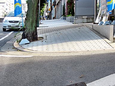 危険な歩道、通行拒否する歩道_c0167961_103442.jpg