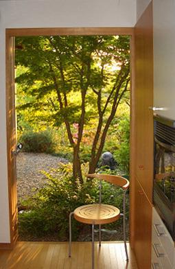 キッチンから見る庭 木製建具_e0127948_17285628.jpg