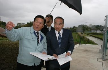 城原井路発電所を視察する知事