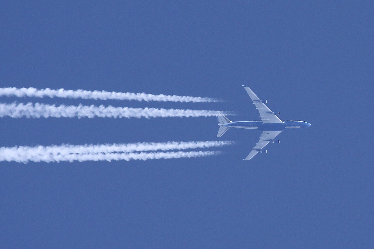綾瀬はるかの「飛行機雲」は「ケムトレイル」だった!?_e0171614_219027.jpg