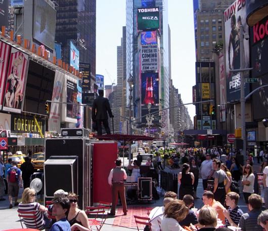 タイムズ・スクエアに登場した1人用の劇場!_b0007805_21571767.jpg