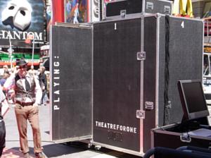 タイムズ・スクエアに登場した1人用の劇場!_b0007805_21595832.jpg