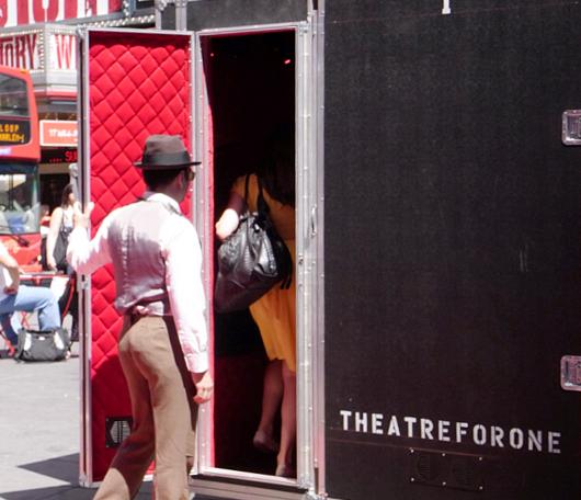 タイムズ・スクエアに登場した1人用の劇場!_b0007805_220205.jpg