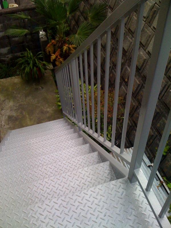 階段の塗装_c0131878_1894066.jpg