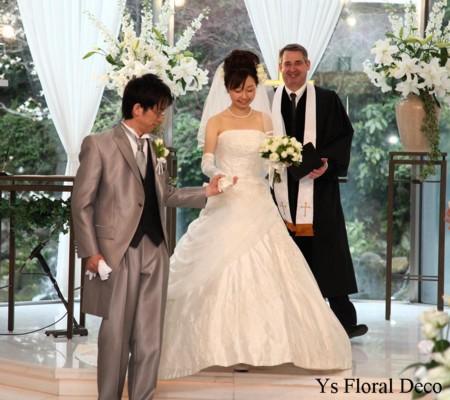 カップ咲きの白バラとシキミアのクラッチブーケ_b0113510_22111153.jpg