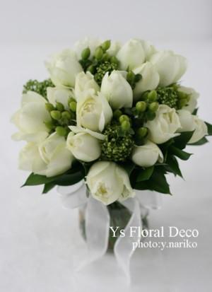 カップ咲きの白バラとシキミアのクラッチブーケ_b0113510_22112032.jpg