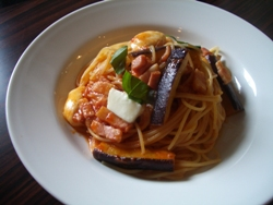 5/30本日のパスタ:長茄子とベーコン・モッツアレラチーズのトマトソーススパゲティ_a0116684_11305763.jpg