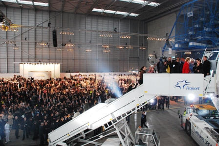 ルフトハンザ エアバスA380専用ハンガーに、2000人!!_b0053082_048298.jpg