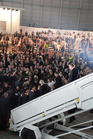 ルフトハンザ エアバスA380専用ハンガーに、2000人!!_b0053082_0483856.jpg