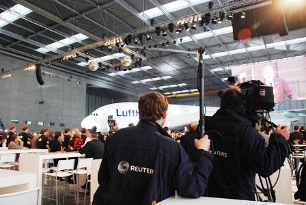ルフトハンザ エアバスA380専用ハンガーに、2000人!!_b0053082_0582491.jpg