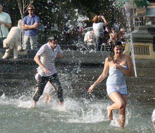 夏のNYで「涼めるスポット」、ワシントン・スクエアの噴水広場へ_b0007805_21353360.jpg