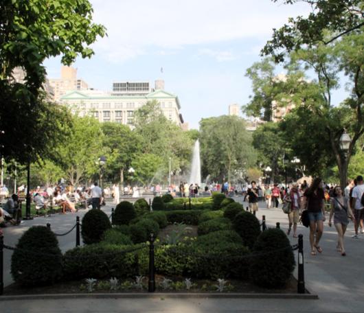 夏のNYで「涼めるスポット」、ワシントン・スクエアの噴水広場へ_b0007805_21454260.jpg
