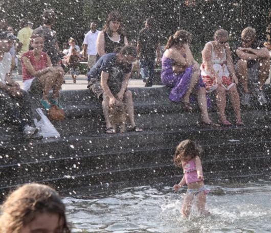 夏のNYで「涼めるスポット」、ワシントン・スクエアの噴水広場へ_b0007805_21571336.jpg