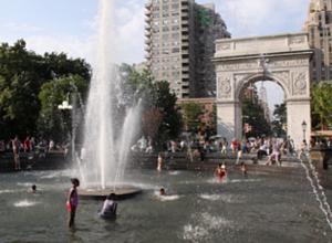 夏のNYで「涼めるスポット」、ワシントン・スクエアの噴水広場へ_b0007805_2204557.jpg