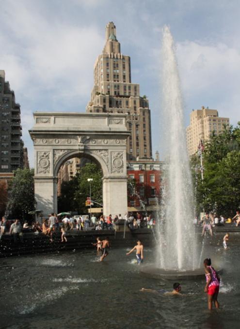 夏のNYで「涼めるスポット」、ワシントン・スクエアの噴水広場へ_b0007805_222296.jpg