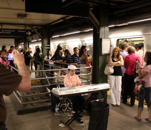 地下鉄のホームで見かけた小さなピアニスト_b0007805_23344675.jpg