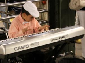 地下鉄のホームで見かけた小さなピアニスト_b0007805_23345885.jpg