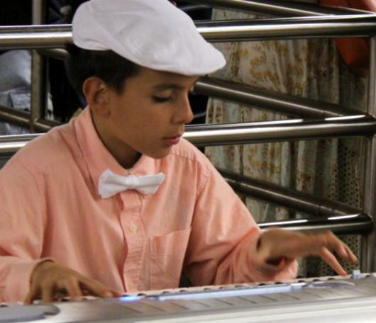 地下鉄のホームで見かけた小さなピアニスト_b0007805_23351135.jpg