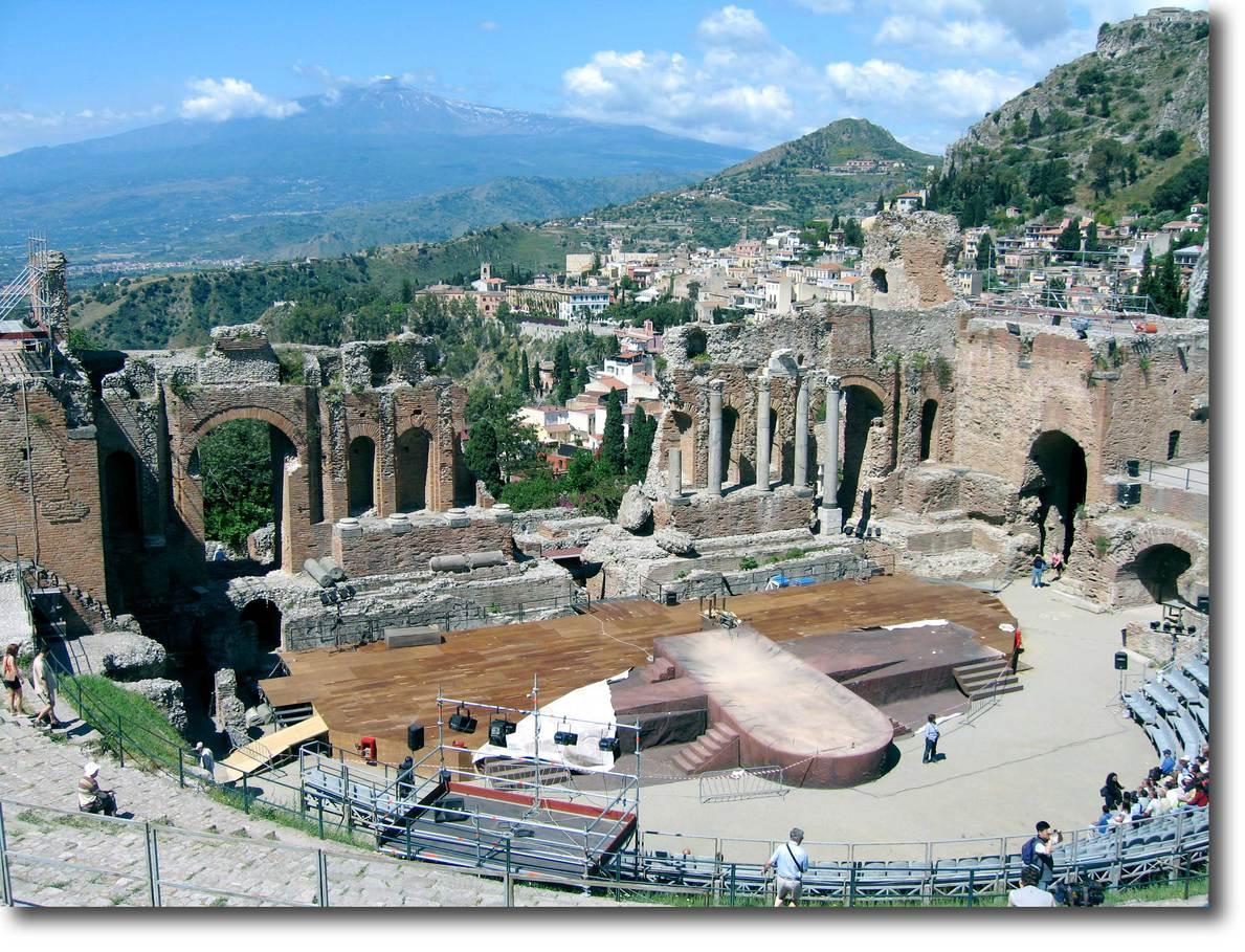 シチリア島随一の遺跡「ギリシャ劇場(テアトロ・グレコ)」へ。紀元前に建造... タオルミーナ/シ