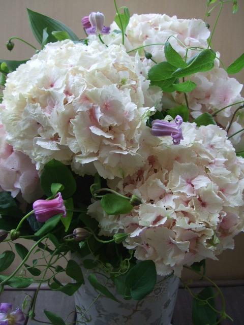 オークリーフ(大輪紫陽花とクレマチスのアレンジメント、シノワな器に)_f0049672_12535649.jpg