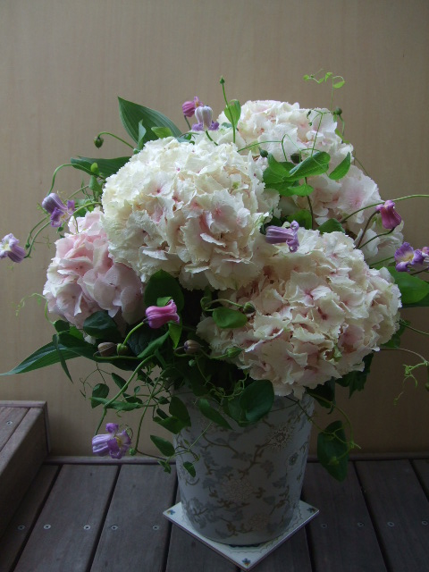 オークリーフ(大輪紫陽花とクレマチスのアレンジメント、シノワな器に)_f0049672_12551733.jpg