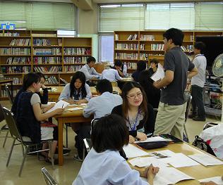 授業が行われる場所は、いわゆる図書室。…ですが、相模原青陵高校では、この... 出張授業@相模原