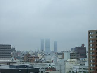 霧にかすむ高層ビルと沖縄の離島。_f0202682_1424533.jpg
