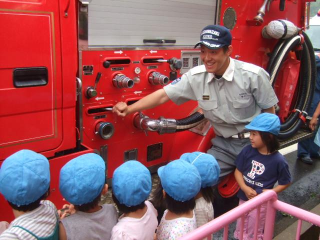 消防署の方に、避難訓練を見てもらいました。_d0166047_22145974.jpg