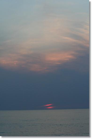 夕日と月食_f0146493_2241043.jpg