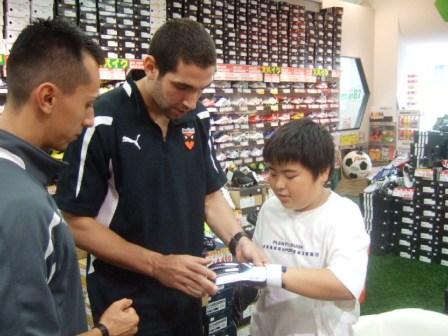 シュライカー大阪イゴール選手、ドゥダ選手サイン会!!_e0157573_1004896.jpg