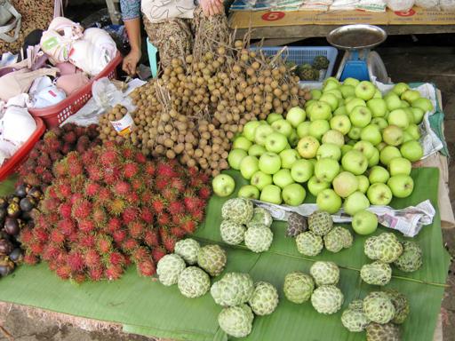 ミャンマーの市場の果物売り