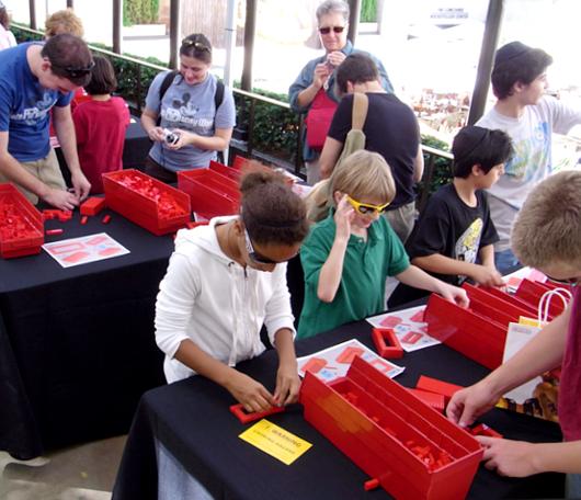 夏のNYに現れた皆で作るレゴ・ブロックの巨大アート?_b0007805_13185041.jpg