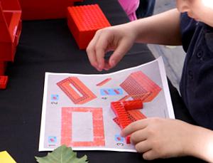 夏のNYに現れた皆で作るレゴ・ブロックの巨大アート?_b0007805_13191595.jpg