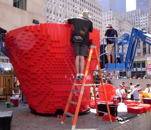 夏のNYに現れた皆で作るレゴ・ブロックの巨大アート?_b0007805_13195567.jpg
