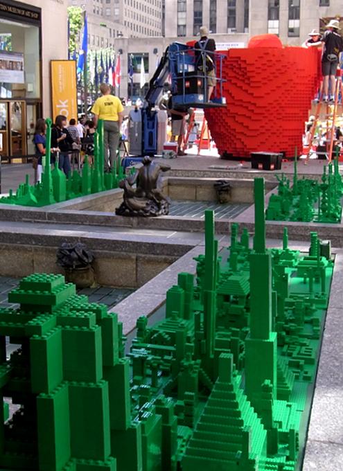 夏のNYに現れた皆で作るレゴ・ブロックの巨大アート?_b0007805_13203646.jpg