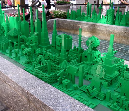 夏のNYに現れた皆で作るレゴ・ブロックの巨大アート?_b0007805_13205493.jpg