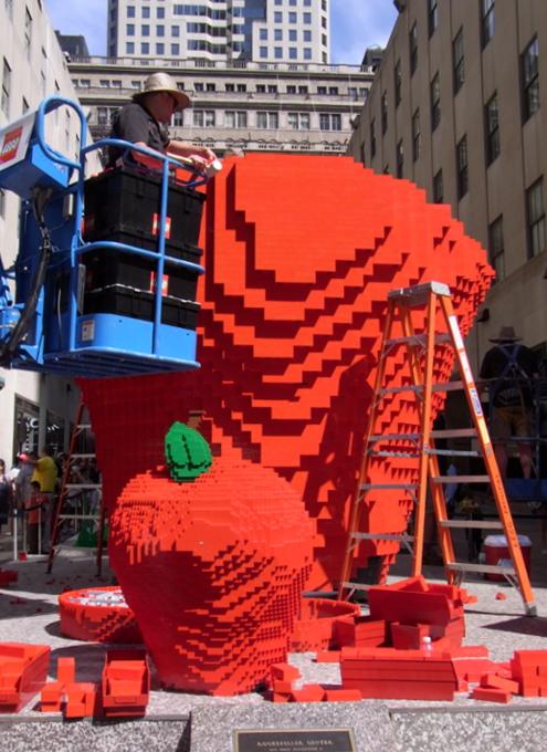 夏のNYに現れた皆で作るレゴ・ブロックの巨大アート?_b0007805_1320945.jpg