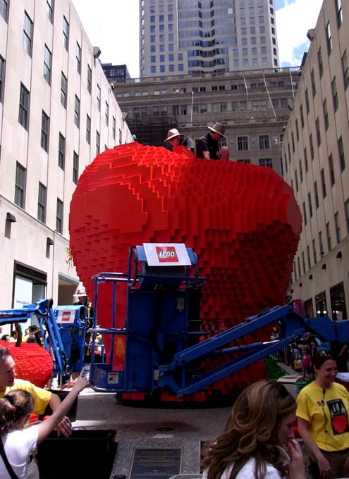 夏のNYに現れた皆で作るレゴ・ブロックの巨大アート?_b0007805_13211162.jpg