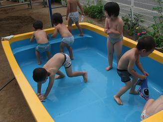 プール開きにむけて、プールの掃除をしたよ。_c0197584_13324367.jpg